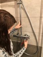 Osazení vanové baterie a přikotvení sprchy, cena práce za ks