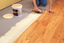 Položení dřevěné plovoucí podlahy s lepenými hranami, cena práce za m2
