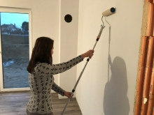 Malování stěny válečkem vinylovou interiérovou bílou barvou v 1 vrstvě, cena práce za m2