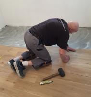 Položení vinylové podlahy lepené, cena práce za m2