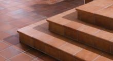 Pokládka dlažby na atypický schod, cena práce za bm