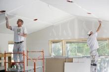 Malování stropu válečkem vinylovou interiérovou bílou barvou v 1 vrstvě, cena práce za m2