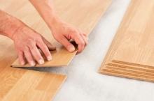 Položení laminátové plovoucí podlahy, cena práce za m2